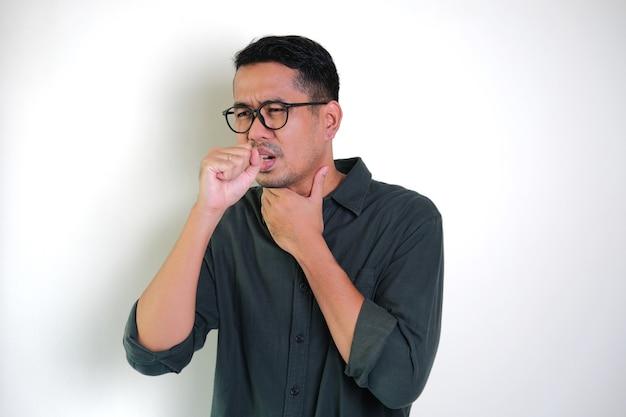 Erwachsener asiatischer mann hat halsschmerzen und husten