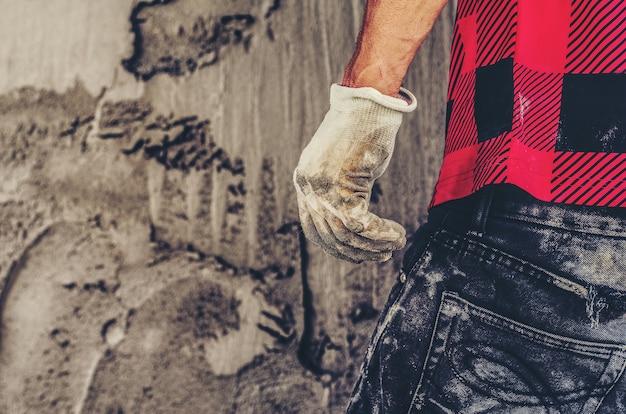 Erwachsener bau mann bauleiter oder baustelle vorarbeiter arbeiter zurückdrehen