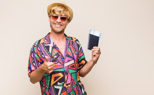 Erwachsener blonder mann mit einem pass und flugkarten