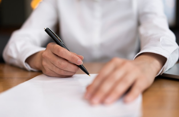 Erwachsener der nahaufnahme bereit, papiere zu unterzeichnen