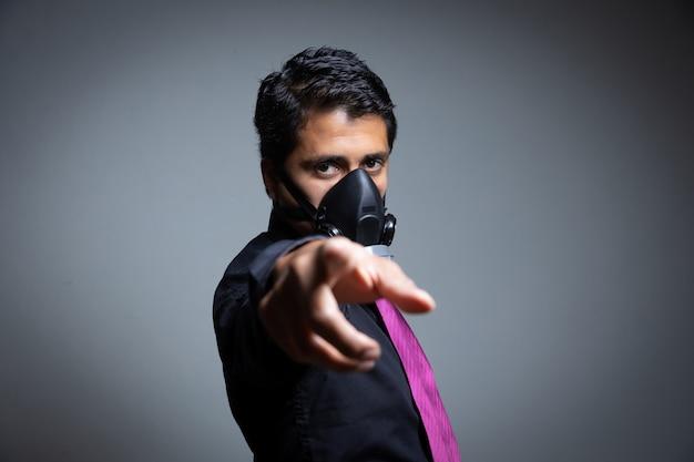 Erwachsener geschäftsmann, der darauf hinweist, sich mit einer pandemie vor dem coronavirus zu schützen