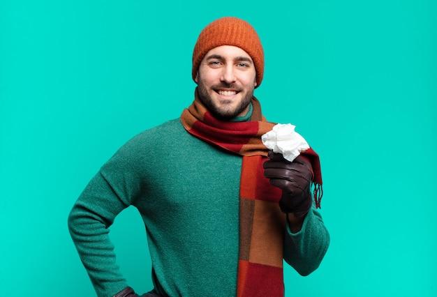 Erwachsener, gutaussehender mann, der glücklich mit einer hand auf der hüfte und selbstbewusster, positiver, stolzer und freundlicher haltung lächelt. krankheit und erkältung konzept