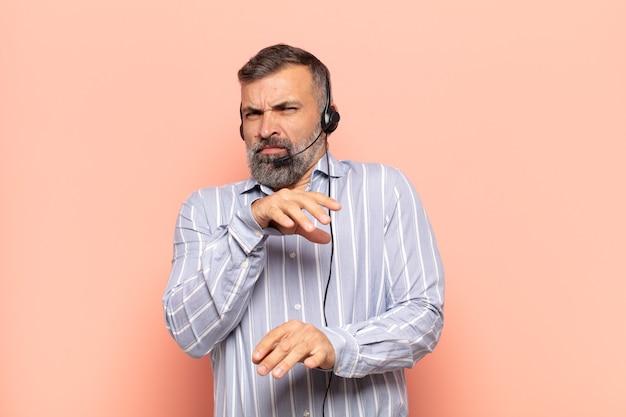 Erwachsener, gutaussehender mann, der sich angewidert und übel fühlt, sich von etwas bösem, stinkendem oder stinkendem zurückzieht und sagt yuck