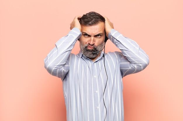 Erwachsener, gutaussehender mann, der sich frustriert und verärgert fühlt, krank und müde vom versagen, hat genug von langweiligen, langweiligen aufgaben