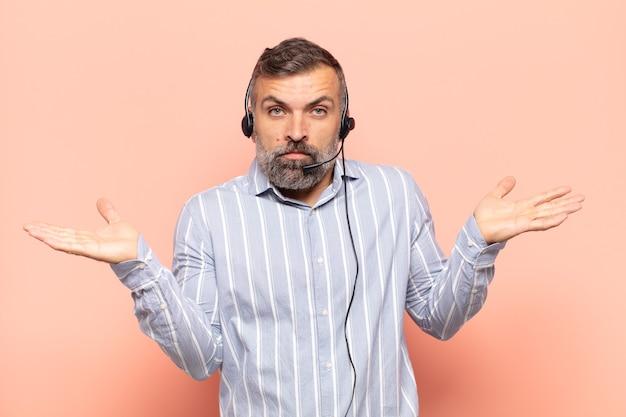 Erwachsener, gutaussehender mann, der sich verwirrt und verwirrt fühlt, unsicher über die richtige antwort oder entscheidung ist und versucht, eine wahl zu treffen