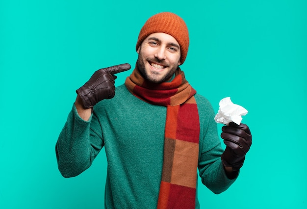 Erwachsener gutaussehender mann, der zuversichtlich lächelt und auf sein eigenes breites lächeln zeigt, positive, entspannte, zufriedene haltung.