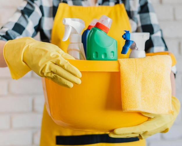 Erwachsener haltekorb mit reinigungsmitteln