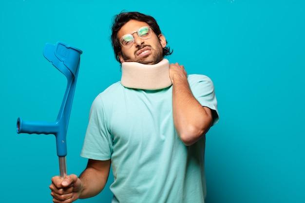 Erwachsener hübscher indischer mann, der einen unfall erlitten hat