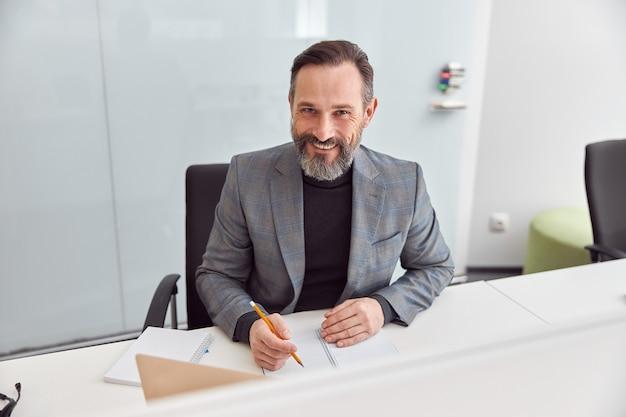 Erwachsener mann arbeitet in einem modernen büro