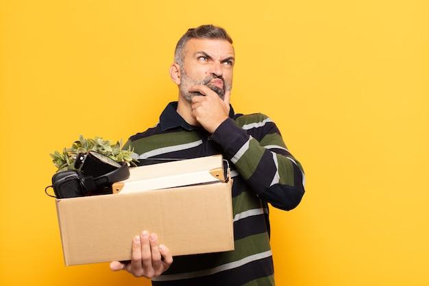 Erwachsener mann denkt, fühlt sich zweifelhaft und verwirrt, mit verschiedenen optionen, und fragt sich, welche entscheidung er treffen soll