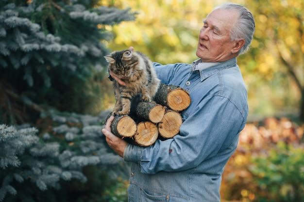 Erwachsener mann, der ein brennholz in seiner hand hält