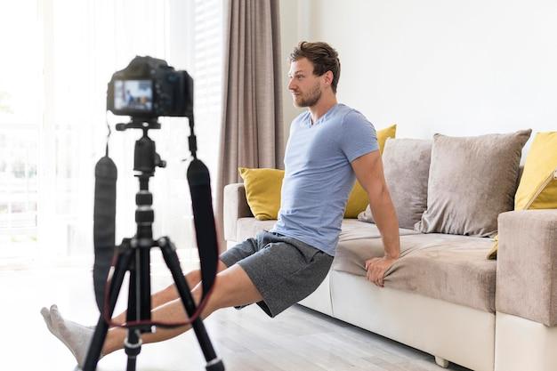 Erwachsener mann, der übungen für persönliches blog macht