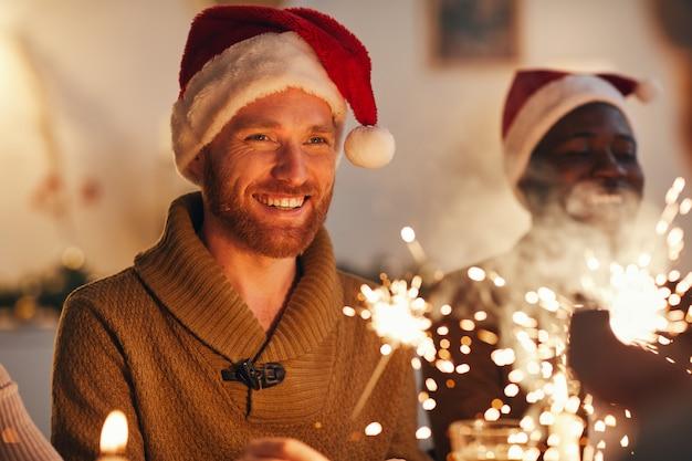 Erwachsener mann, der weihnachtsfeier genießt