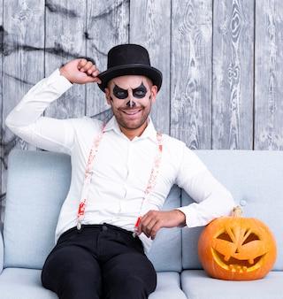 Erwachsener mann des smiley, der für halloween aufwirft