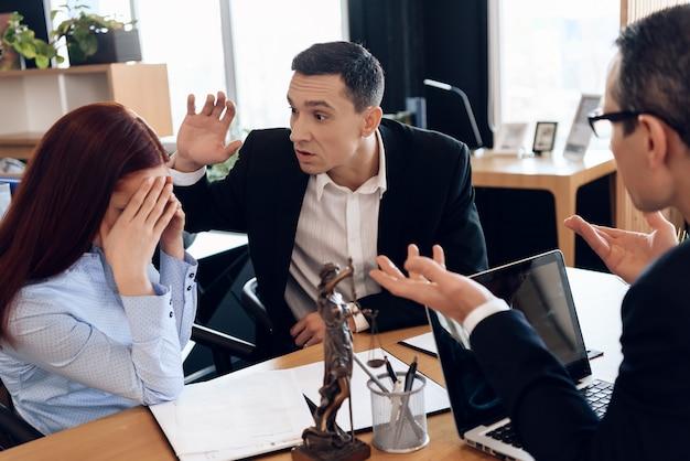 Erwachsener mann hob seine hand auf die frau, die am rechtsanwaltsbüro sitzt