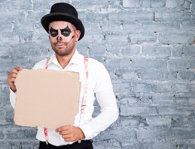 Erwachsener mann im halloween-kostüm mit modell