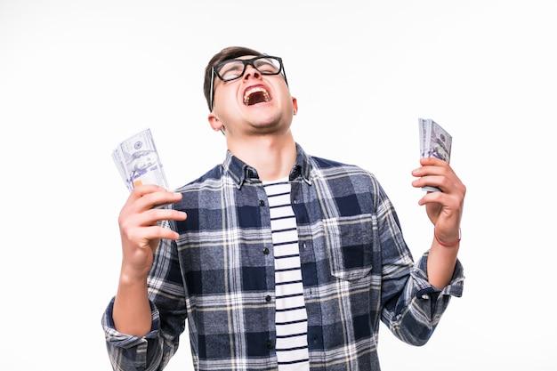 Erwachsener mann ist überrascht, viel geld in der lotterie zu gewinnen