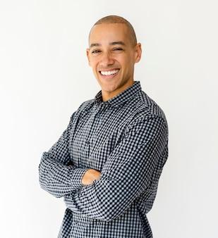 Erwachsener mann-lächeln-glück-gesichtsausdruck-studio-portrait