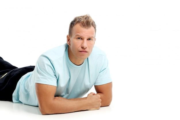 Erwachsener mann mit einem hemd, das im studio aufwirft