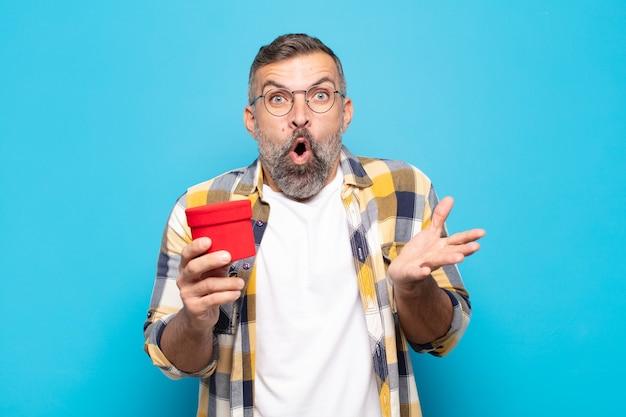 Erwachsener mann mit offenem mund und erstaunt, schockiert und erstaunt über eine unglaubliche überraschung