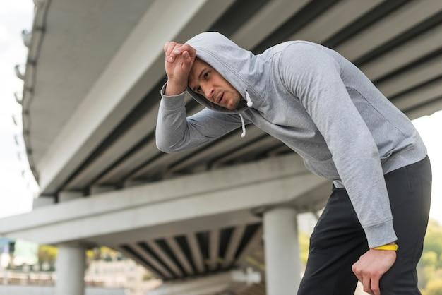 Erwachsener mann müde nach dem laufen im freien