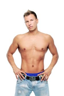 Erwachsener mann ohne das hemd, das im studio aufwirft