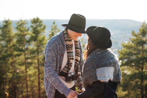 Erwachsener mann und frau mit winterkleidung