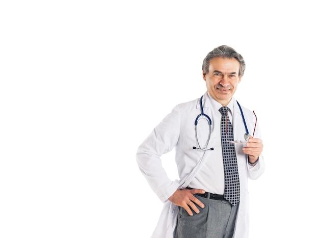 Erwachsener qualifizierter arztdiagnostiker mit einem stethoskop, der über die diagnose meditiert
