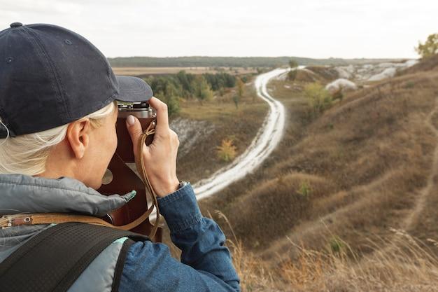Erwachsener reisender, der die fotos im freien macht
