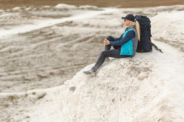 Erwachsener reisender des vollen schusses heraus in der natur
