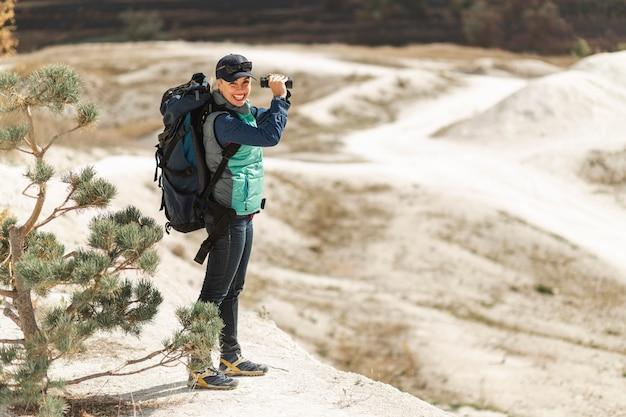 Erwachsener reisender des vollen schusses mit rucksack