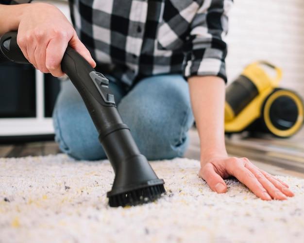 Erwachsener saugt den teppich