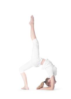 Erwachsenes kaukasisches hübsches mädchen, das schwierige übung des yoga tut