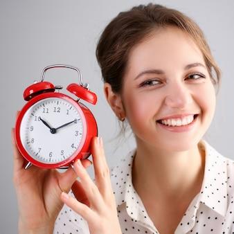 Erwachsenes lächelndes kaukasisches frauengriffrot