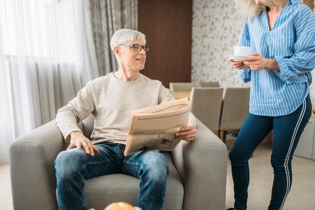 Erwachsenes liebespaar zu hause, frau, die sich um mann kümmert