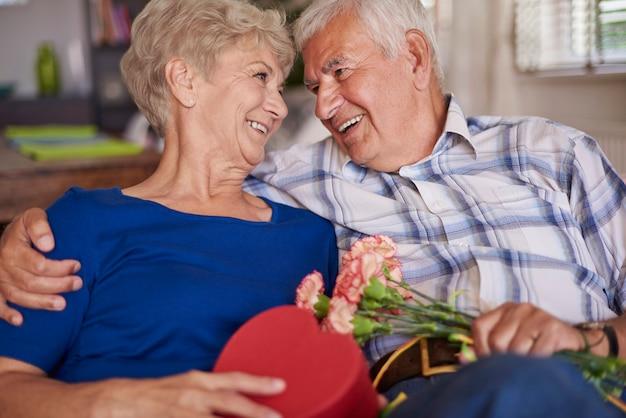 Erwachsenes paar, das sein jubiläum feiert