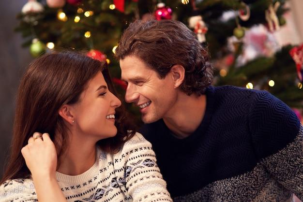 Erwachsenes paar reden über weihnachtsbaum