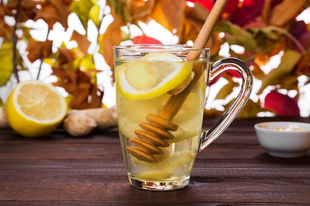 Erwärmungsgetränk des heißen tees des herbstes mit ingwer, honig und zitrone im glas