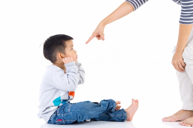 Erziehung des kindes. mutter schimpft mit ihrem kinderjungen. familienbeziehungen