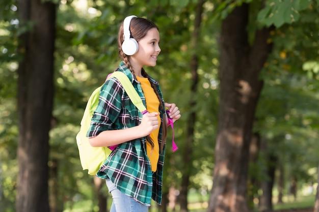 Erziehung zur freiheit. glückliches kind zurück zur schule. musikalische bildung. häuslicher unterricht. privatunterricht. englisch für kinder. sprachkurse. bildung ist weg, nicht ziel, kopienraum.