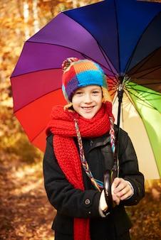 Es fing an zu regnen, also legte er seinen regenschirm auf