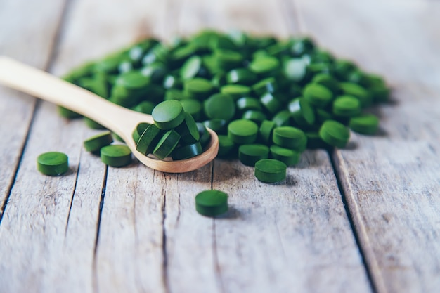 Es gibt viele spirulina- und chlorella-tabletten. selektiver fokus. natur.