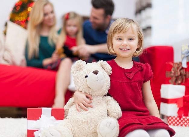 Es ist ein neues mitglied der familie - süßer teddybär