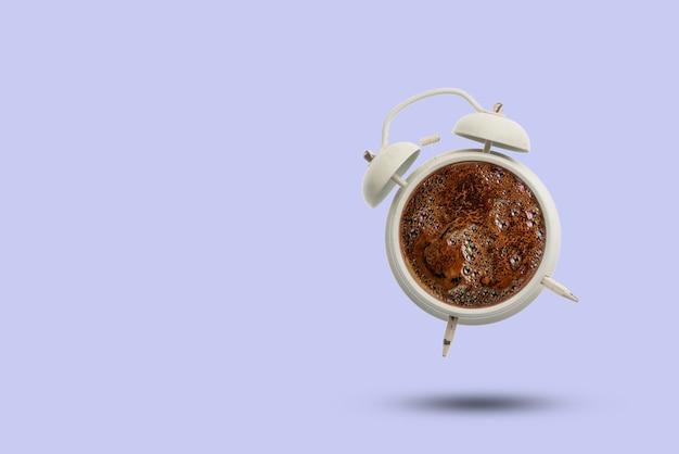 Es ist eine kaffeezeit, heißes getränk in der vintage-uhr einzeln auf pastellfarbenem hintergrund, kreative idee