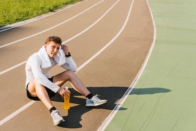 Es ist eine totale zu sehen, wie der läufer eine pause macht