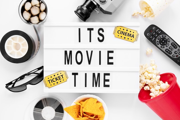 Es ist filmzeit schriftzug mit kino-elementen
