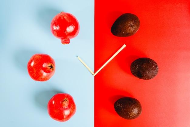 Es ist zeit, sich zwischen gesunden fetten und antioxidativen vitaminen aus granatapfel und avocado zu entscheiden.