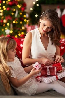 Es ist zeit, weihnachtsgeschenke zu öffnen
