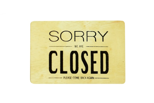 Es tut uns leid, dass wir auf dem hölzernen hängenden zeichen geschlossen sind, das auf weiß lokalisiert wird.