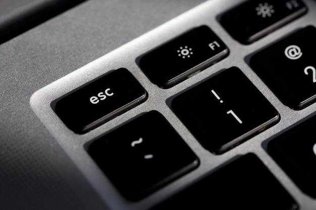 Esc-taste zum generieren von escape-zeichen auf der laptop-tastatur